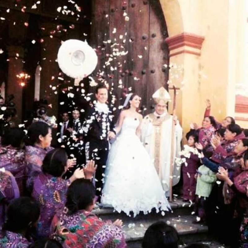 Después de contraer matrimonio en la Catedral de San Cristobal de las Casas hoy en la mañana, la pareja ha recibido felicitaciones y muestras de cariño por parte de sus amigos y comunicadores.