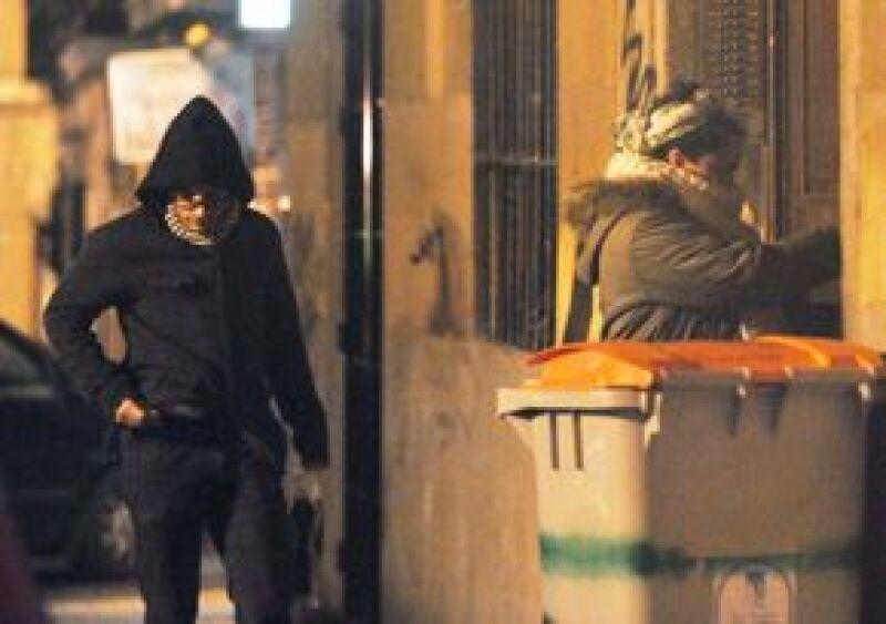 Gael y Dolores a la entrada del departamento donde están viviendo en Madrid.