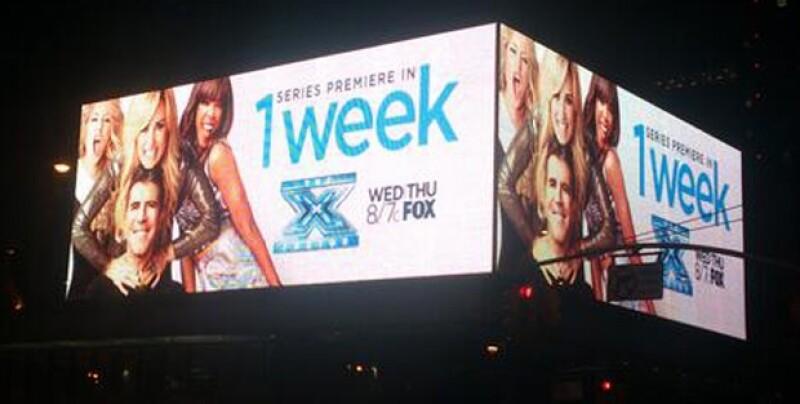 """La cantante decidió retuitear a un fan que le mandó una imagen de un promocional de """"The X Factor"""" que aparece en la plaza principal de Nueva York."""