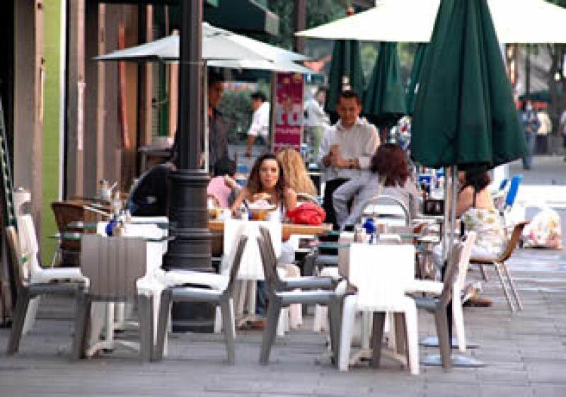 Estos meses de calor, los comensales disfrutan del aire libre a la hora de la comida. (Foto: Notimex)
