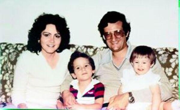 Ofelia Álvarez y Rafael Loret de Mola con sus dos hijos, Carlos y Ofelia, quienes se llevan apenas tres años.