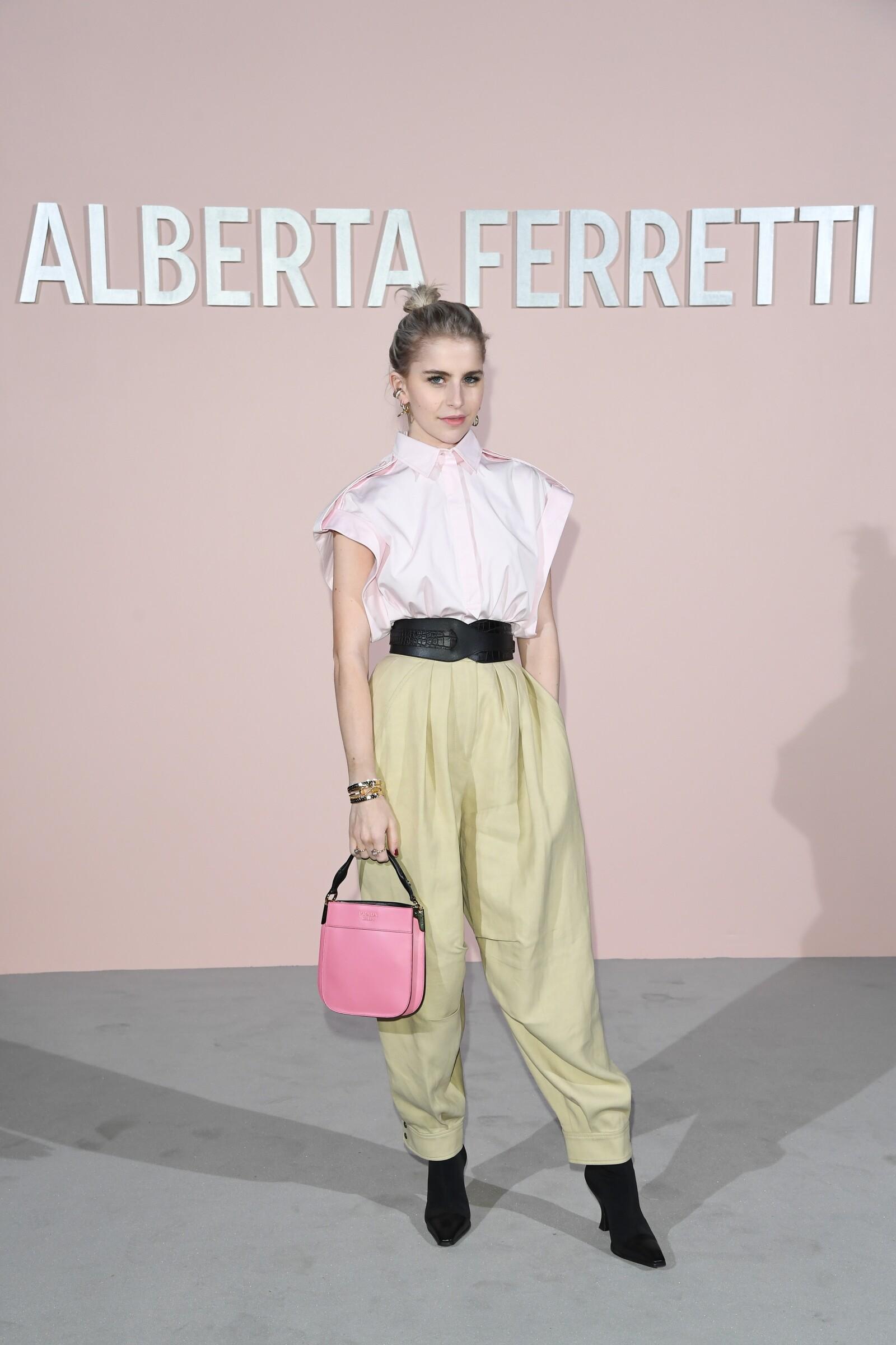Caro Daur en Milan Fashion Week para el desfile de Alberta Ferretti jugando con un look en tonos pasteles