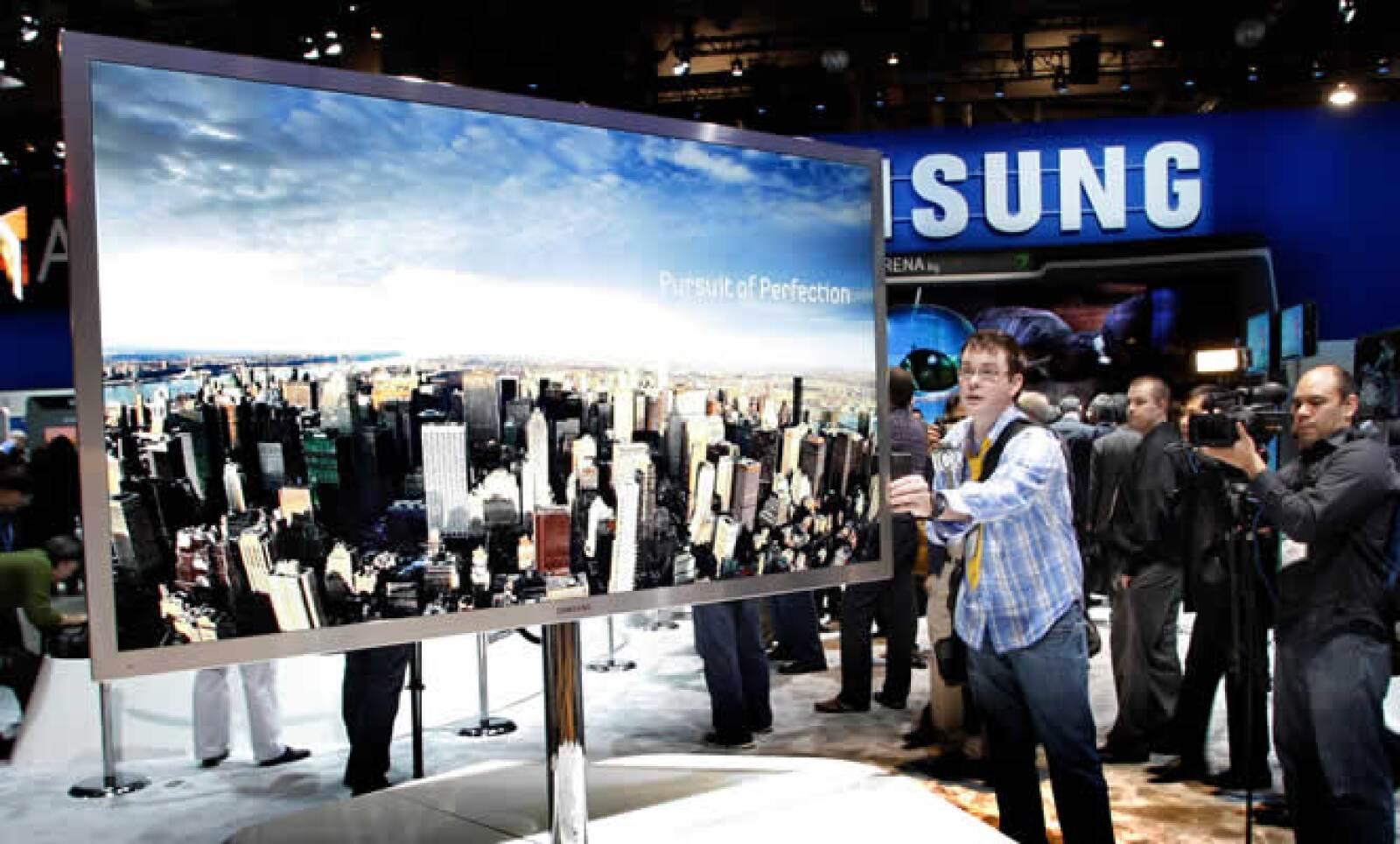 Un periodista prueba una pantalla tipo LED de alta definición de 75 pulgadas capaz de reproducir 3D