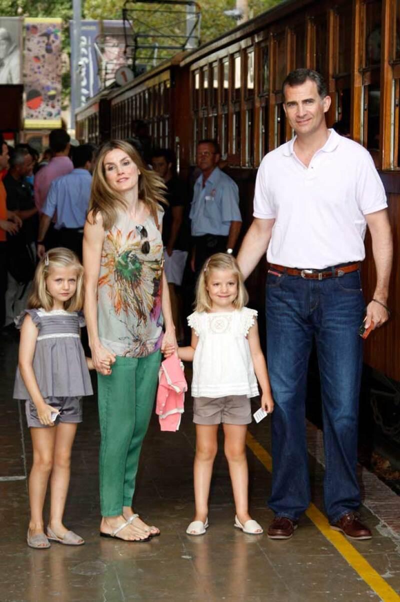 Esta no es la primera vez que la familia real española usa las abarcas, pues desde que Leonor y Sofía eran pequeñas, Letizia y Felipe combinaban su calzado con sus hijas.