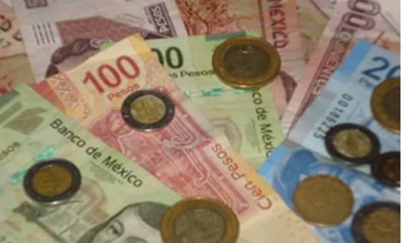 En ventanillas de bancos y casas de cambio, el peso operaba en 11.61 por dólar a la compra y en 12.01 pesos a la venta. (Foto: Karina Hernández)