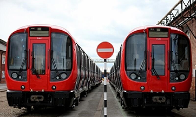 Trenes terminados en rieles para ser entregados en espera a ser entregado despu�s de haber sido construido en la planta de fabricaci�n de Bombardier Transporte en Derby Inglaterra