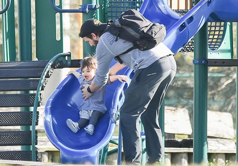 Sin saber que lo fotografiaban, Ashton estuvo al pendiente cada segundo de que su hija tuviera un día divertido.
