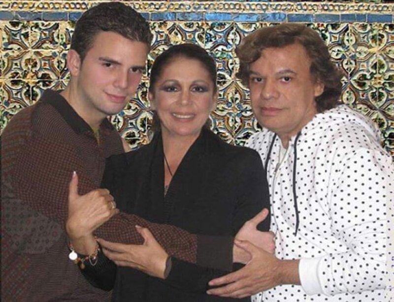 Jas y Juan Gabriel se conocieron cuando el intérprete mexicano visitó en España a Isabel Pantoja. Aquí una foto de los tres.