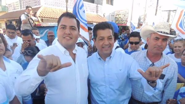Roberto Zelly Alvarado (izquierda) y el candidato Francisco García Cabeza de Vaca (derecha) durante una gira al norte del estado.