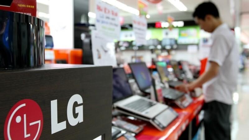 Un consumidor mira productos de LG