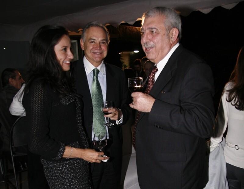 Aunque la última relación que se le conoció al hermano del ex Presidente de México fue con Claudia Marcuccetti; su actual pareja, Ana Cecilia Martínez, es un antiguo amor.