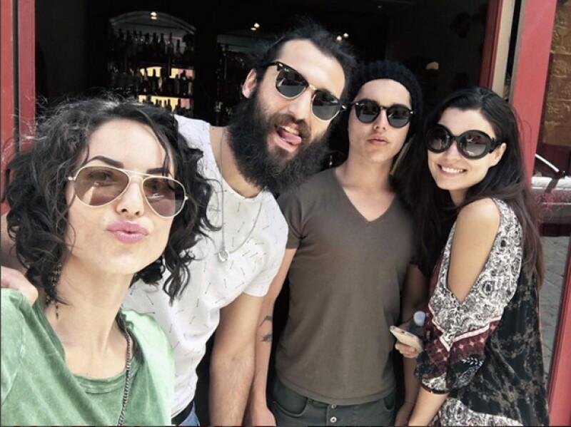 La actriz en compañía de su esposo, su hijo Sergio Mayer y Natália Subtil.