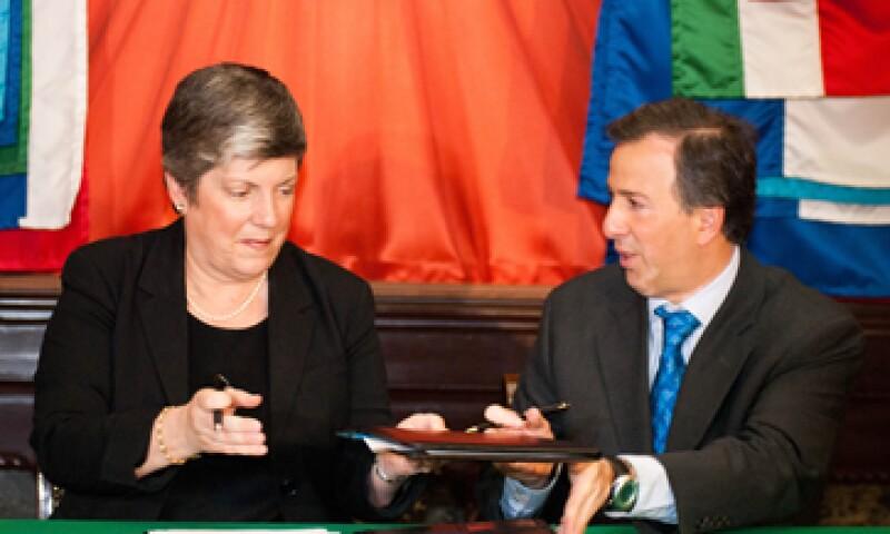 Los secretarios José Antonio Meade y Janet Napolitano (i) firmaron los acuerdos este lunes en Palacio Nacional. (Foto: Notimex)