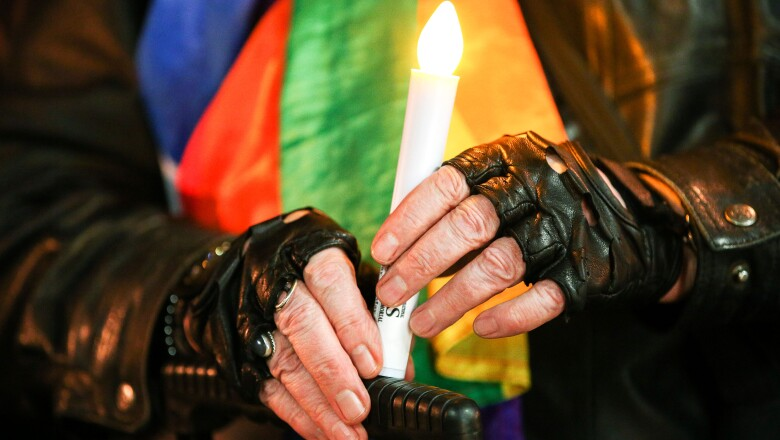 Durante la marcha en Los Ángeles se colocó un pequeño altar con cincuenta velas en recuerdo de los fallecidos.