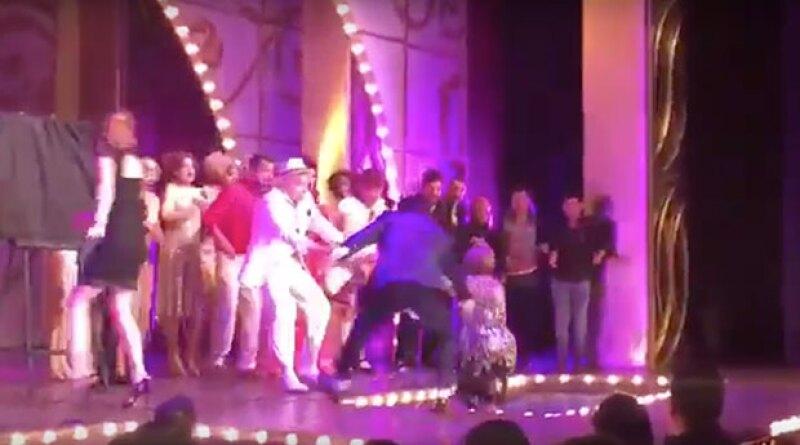 Al subir al escenario para develar la placa por las 100 representaciones de 'La Jaula de las Locas', la actriz cayó al foso de la orquesta.