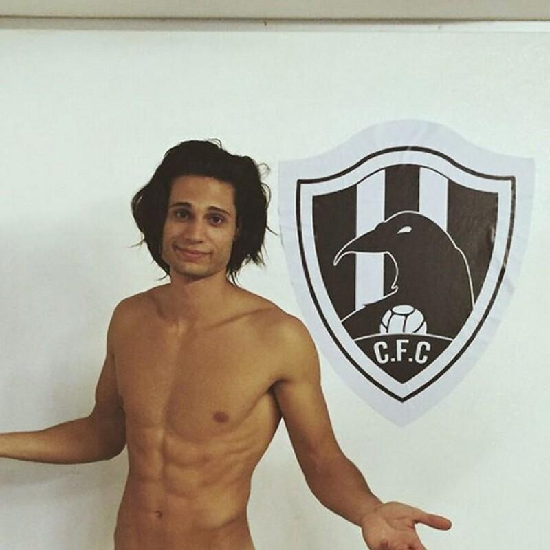 Alosian posando con el icono de equipo de futbol de su serie Club de Cuervos.