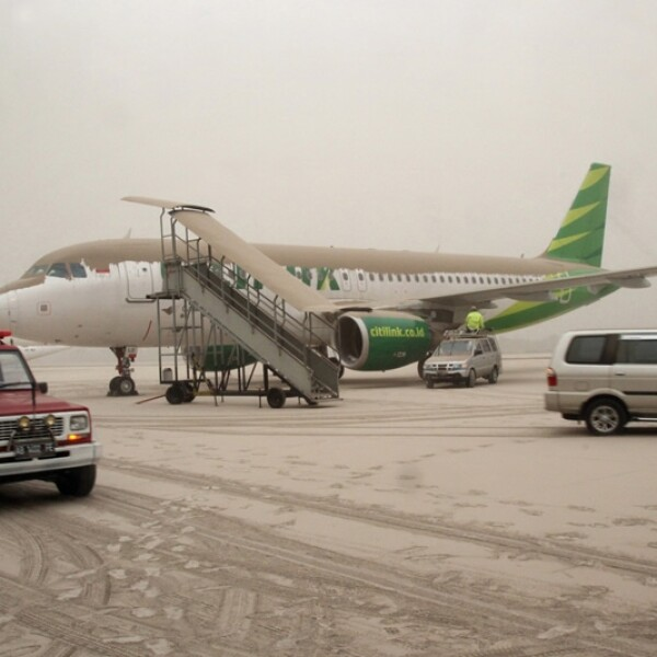 avion lleno de ceniza