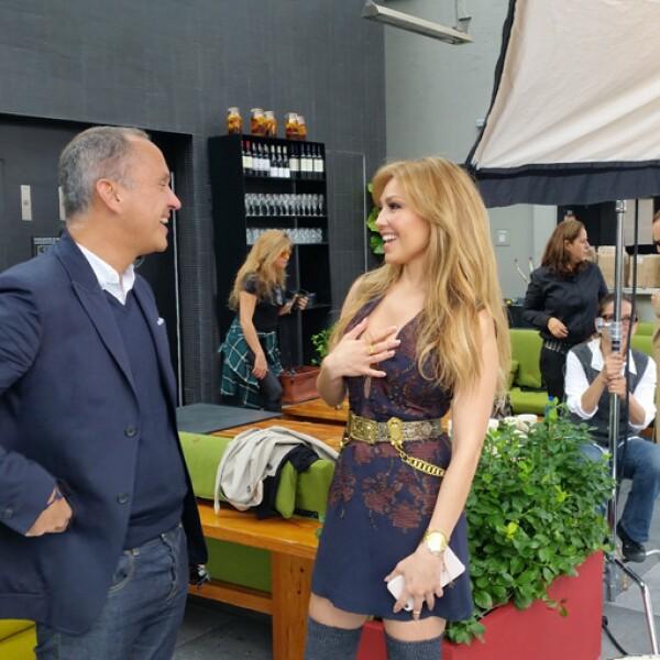 Carlos Couturier y Thalía se saludaron amistosamente durante unos minutos previo al inicio de la sesión de fotos.