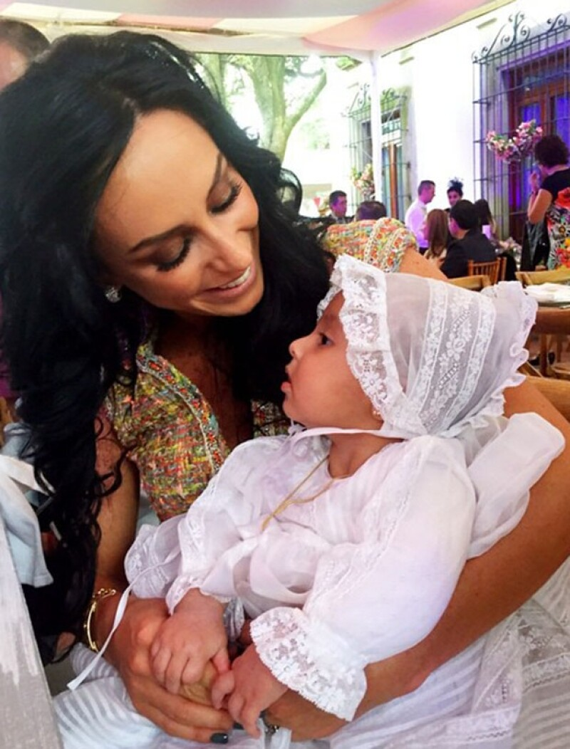 Este fin de semana la conductora y su adorable clan fueron invitados especiales a un bautizo en el que ella fue madrina de la hija de la conductora de TV Azteca, Greta Rojas.