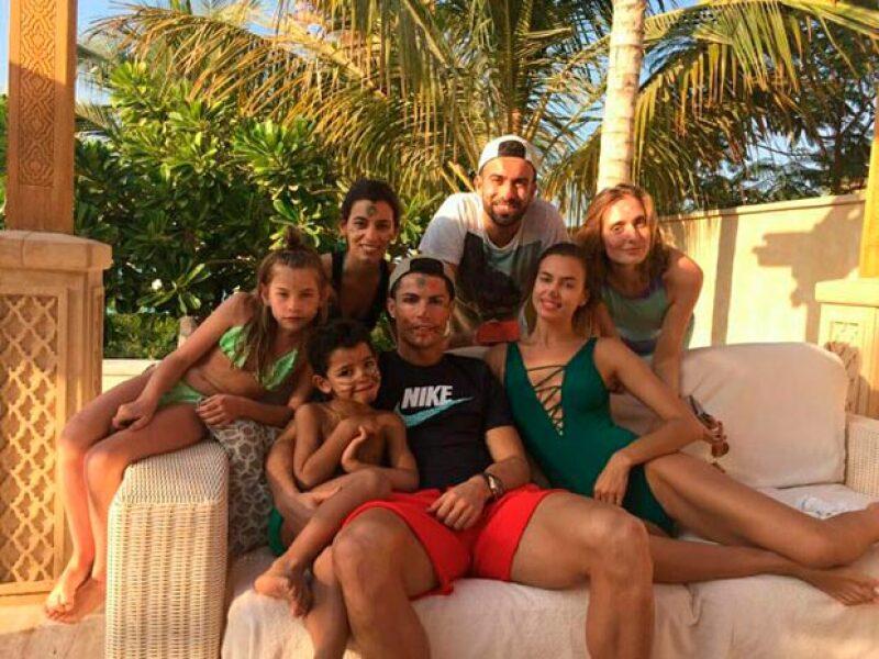 El astro del futbol está disfrutando de unas cálidas vacaciones junto a su novia Irina Shayk, su hijo y su familia, luego de que su estatua revelada en Portugal diera de qué hablar.