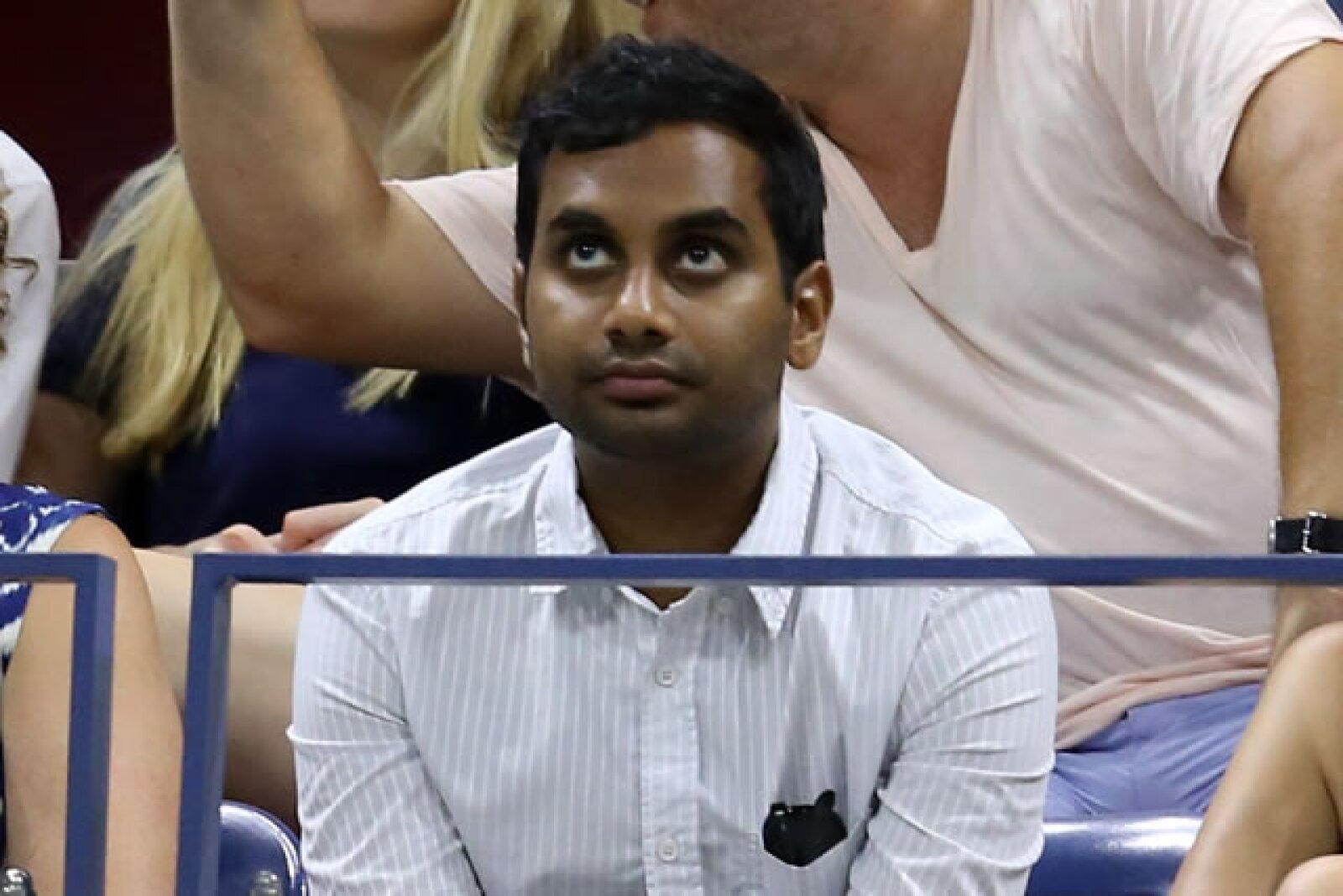 El comediante Aziz Ansari no se perdió la competencia de tenis.
