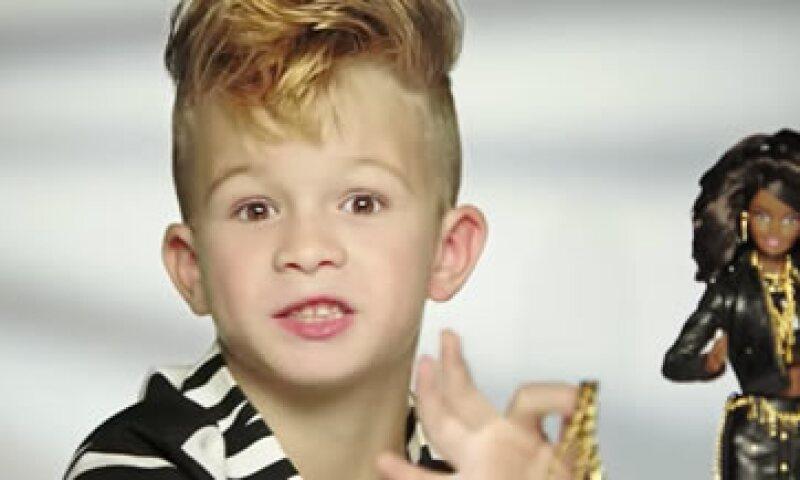 El niño busca representar a Jeremy Scott, director creativo de Moschino. (Foto: Moschino Official/YouTube)