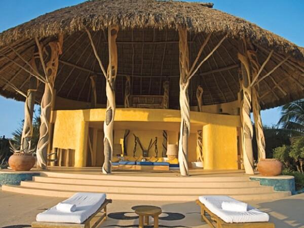 Esta palapa está sostenida por troncos de palmeras. En el segundo piso se encuentra el comedor. Este estilo de construcción predomina en las casas de Careyes.