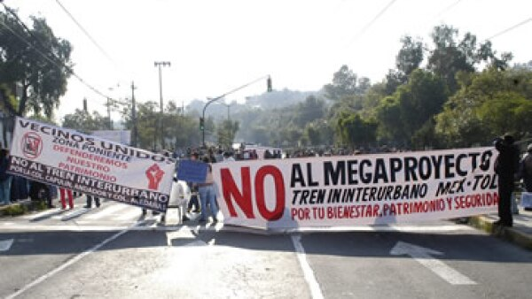 Vecinos bloquearon por horas la avenida Constituyentes en protesta contra el tren México-Toluca. (Foto: Cuartoscuro )