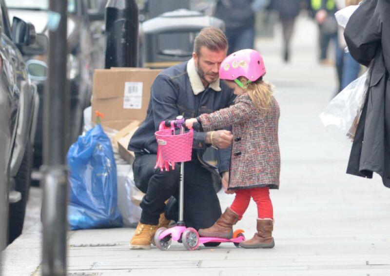 Papi se asegura que la pequeña Harper esté perfectamente abrigada.