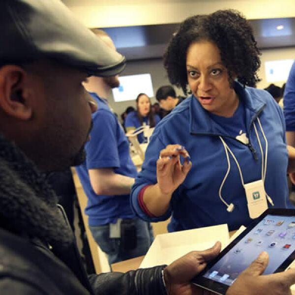 El especialista de Apple, Toni Perreira, da instrucciones a un posible cliente sobre cómo utilizar la iPad 2 en la Apple Store de Nueva York.