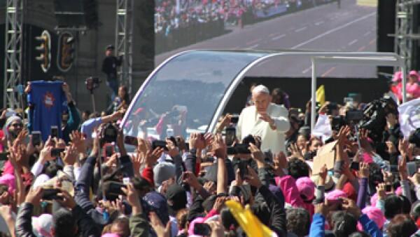 El papa tuvo un recorrido de unos cuatro minutos por el Zócalo capitalino. (Foto: Cuartoscuro )
