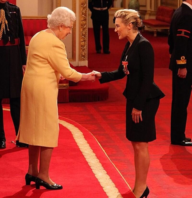 La reina Isabel II le entregó la medalla a Kate.