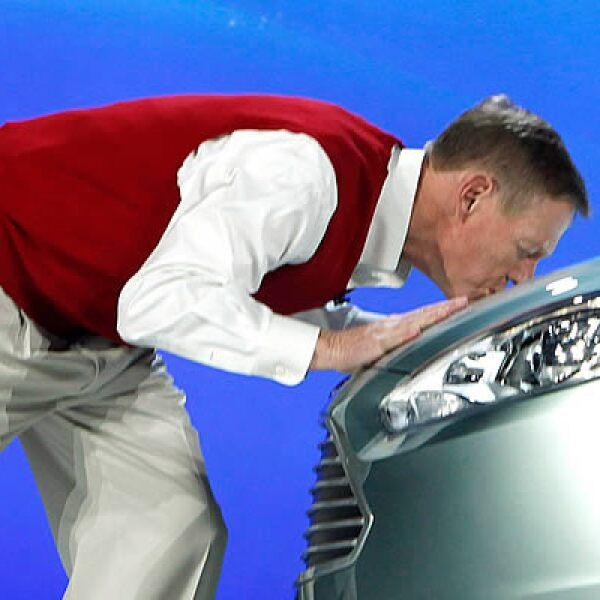Alan Mulally, CEO de Ford, besa el cofre del modelo Ford Focus Electric, presentado durante el Consumer Electronics Show (CES) en Las Vegas, donde diversas empresas mostraron sus apuestas tecnológicas para  2011.