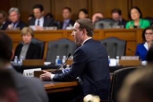 Mark Zuckerberg, compareciendo en el Senado
