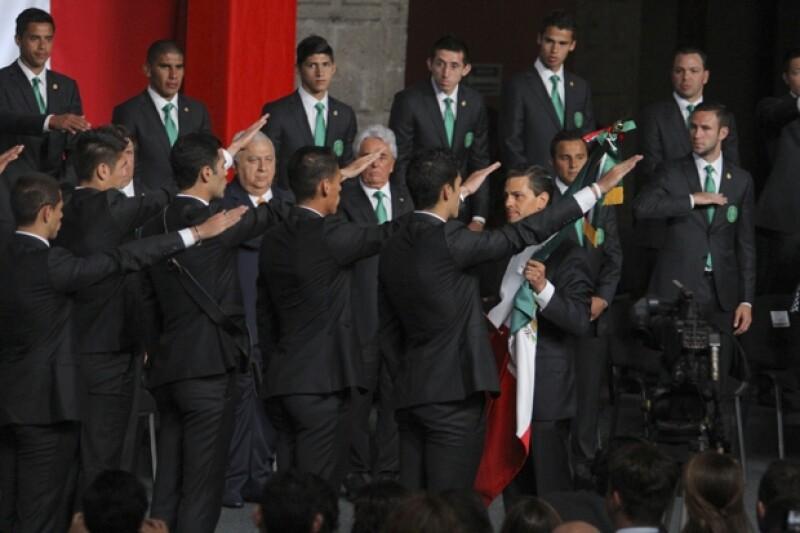 Enirque Peña Nieto entregó la bandera nacional a Rafa Márquez, capitán de la Selección Mexicana.