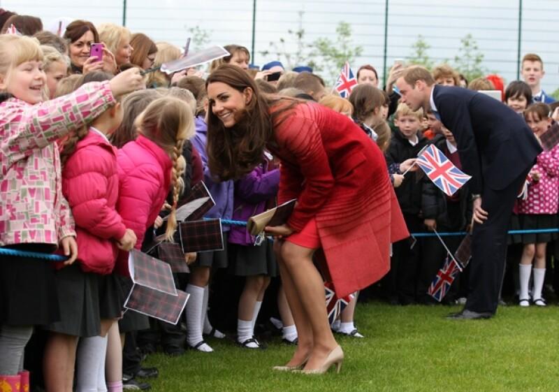 En su primera aparición después de publicarse una reveladora imagen de la duquesa y de su tour por Australia, los royals visitaron una escuela, un parque y hasta una destilería de whisky.