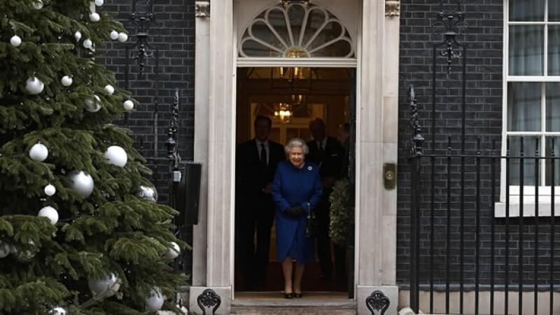 reina isabel II sale de reunion del consejo de ministros de gobierno britanico
