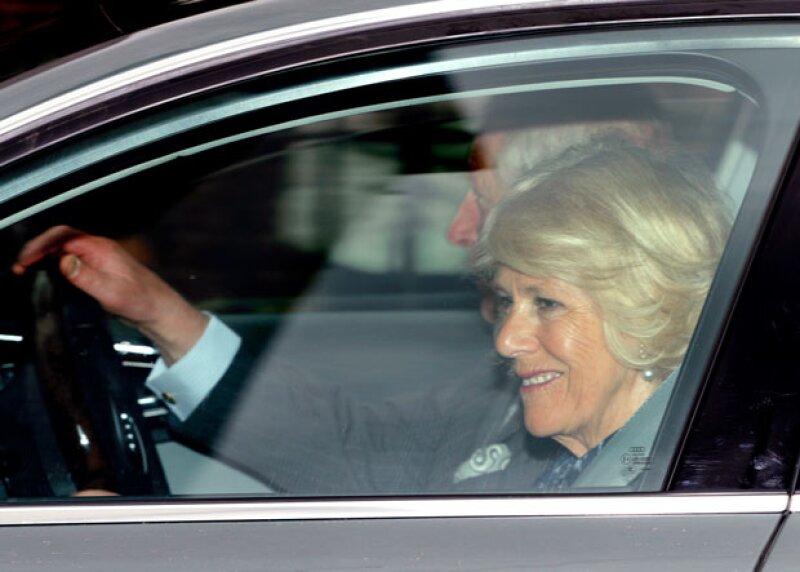 El momento en el que Camila de Cornwall y el príncipe Carlos llegan al palacio de Kensington.