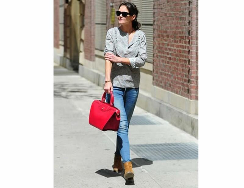 Katie Holmes llevando un modelo en rojo