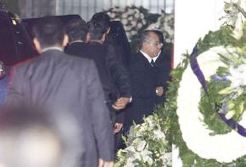 El presidente de México acudió a la funeraria en la colonia Del Valle para dar el pésame a los familiares del secretario de Gobierno y los otros funcionarios fallecidos.