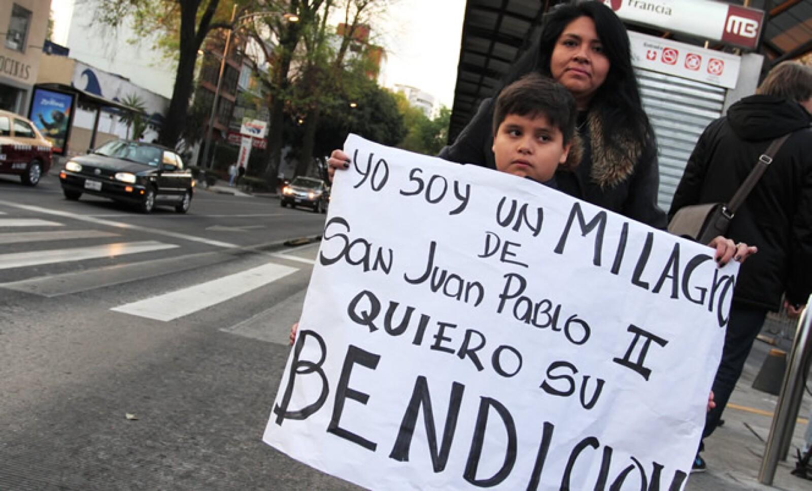 Un pequeño sostiene una pancarta, pidiendo la bendición del pontífice argentino.