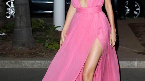La modelo lució un vaporoso diseño de Emanuel Ungaro que la hizo lucir muy sexy al enfatizar sus curvas y dejar a la vista sus piernas.