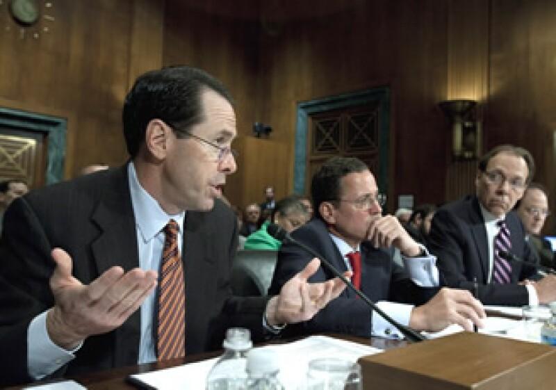 Randall Stephenson, de AT&T (izq), y Philipp Humm, de T-Mobile USA (centro), defendieron el plan de fusión ante el Senado de EU.(Foto: AP)