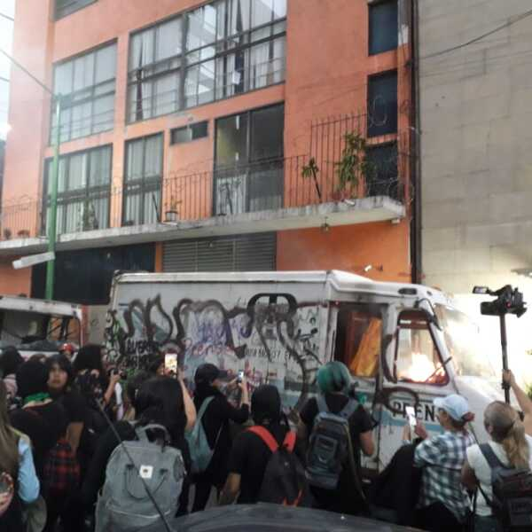 Frente a 'La Prensa'