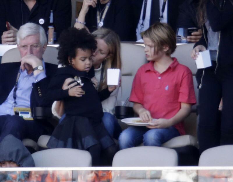 La actriz fue captada cuidando a la pequeña mientras su mamá cantaba en el medio tiempo del Super Bowl y, en un posible acto maternal, le dio un beso en el cachete.