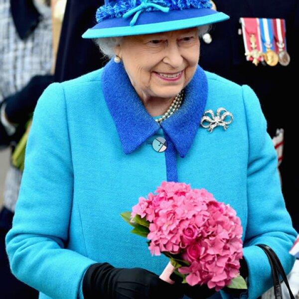 Ella llegó con un vestido azul y un sombrero del mismo color a la inauguración.