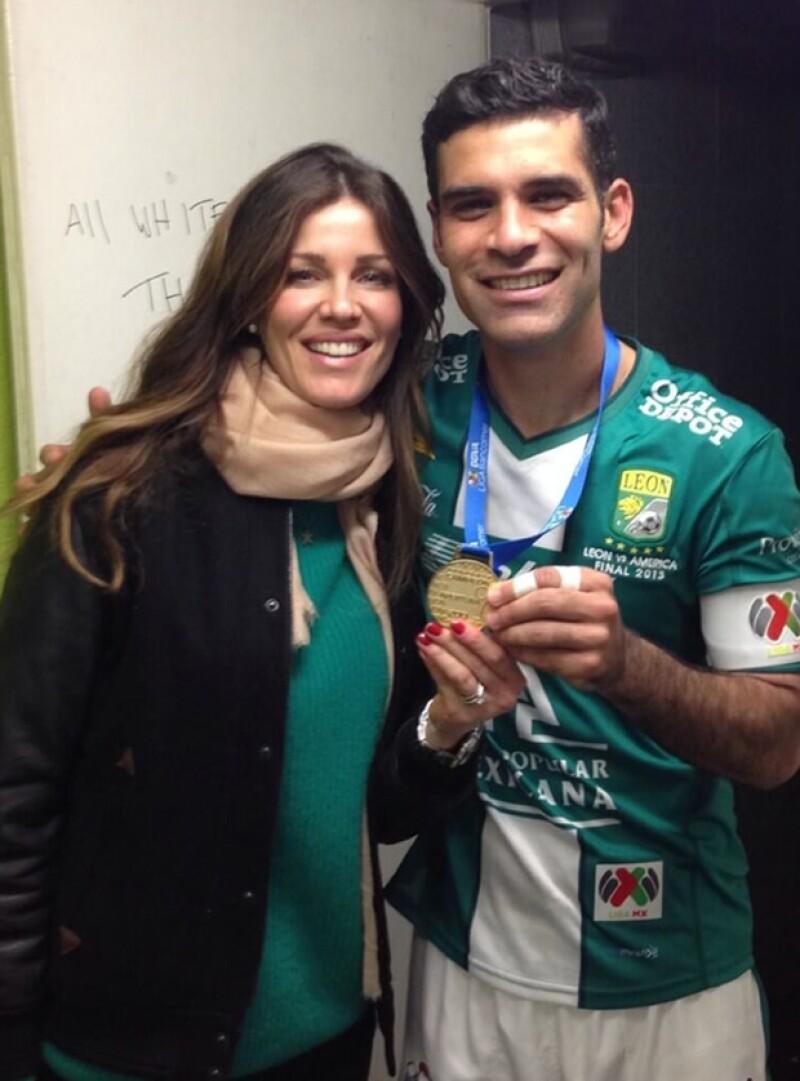 Esta foto con la medalla de campeón del torneo Apertura 2013 la compartió Jaydy en Twitter y luego Rafa la usó en su Instagram para celebrar su triunfo.