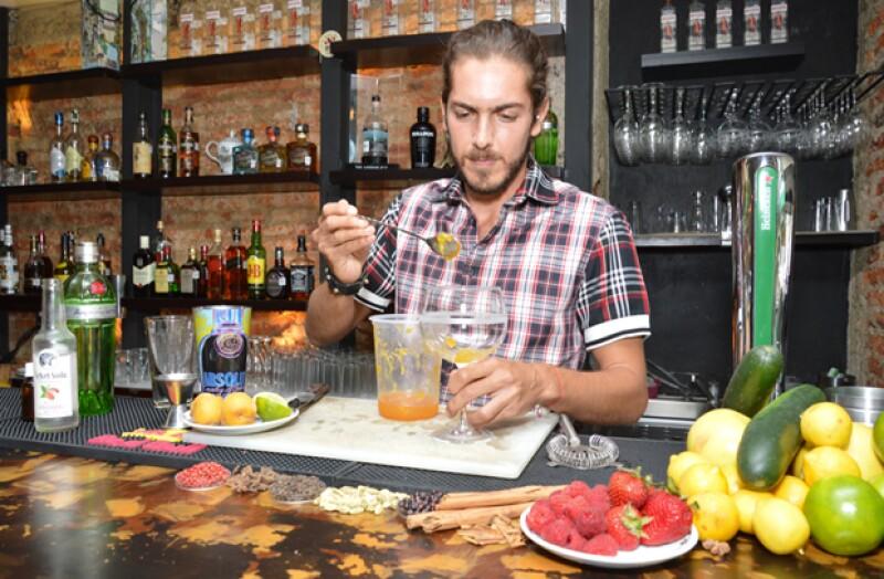 Carlos Ibarra, el guapo novio de Ayari Anaya, tiene una debilidad por el gin. Por eso, decidió preparanos tres drinks para contagiarnos su gusto por esa bebida. ¡Los tienes que probar!
