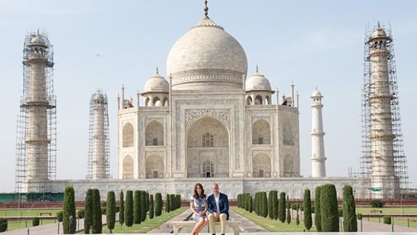 Para finalizar su tour por la India y Bután, los duques de Cambridge se tomaron la foto del recuerdo en el Taj Mahal, como lo hiciera Diana de Gales hace 24 años.