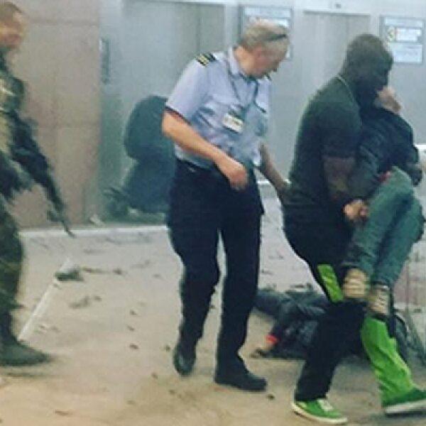 Al menos una de las explosiones en el aeropuerto fue causada por un atacante suicida, según autoridades.